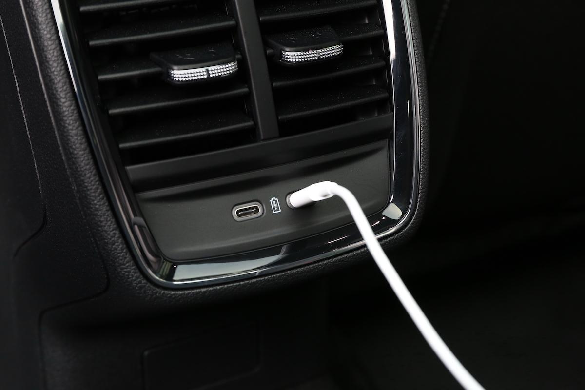 Interiér nové Škody Scala: nabíjení pomocí kabelu USB-C