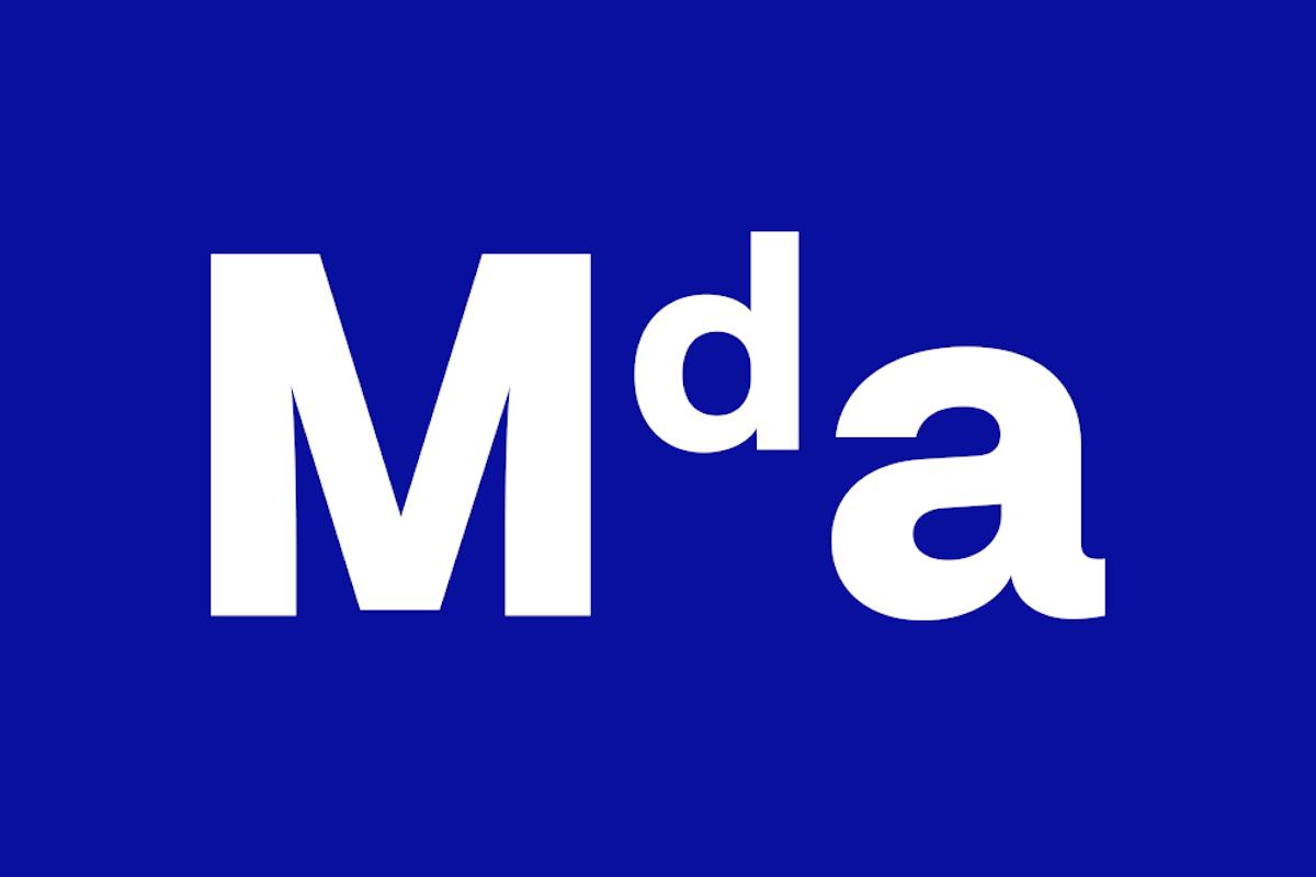 Základní modrá barva odpovídá převládající barevnosti vizuálního stylu akademie, jak je používán od obnovení činnosti na počátku 90. let. Tvar a proporce loga mají umožňovat široké využití od malých aplikací až po velkoformátové využití například na fasádě. Vizuální styl je nově postaven na čisté bílé ploše v kontrastu s barvou a tvary loga, využívá písmo Neufile Grotesk