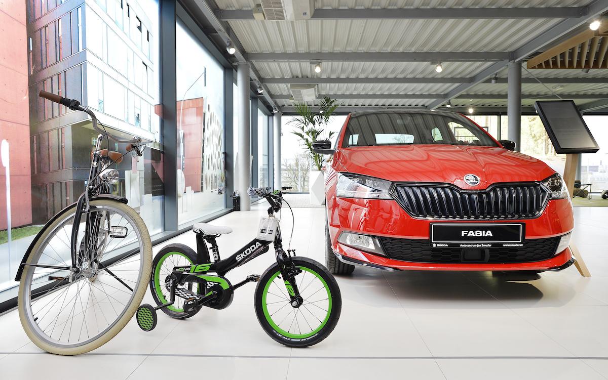 Autocentrum Jan Šmucler v Plzni: nabídku vozů Škoda doprovází další produkty značky, zde jízdní kola