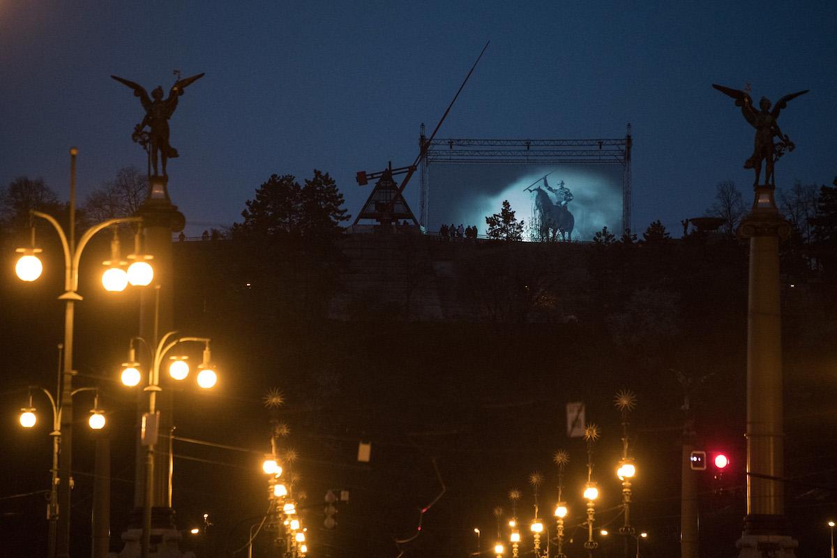 Projekce Nočního krále na Letné u metronomu