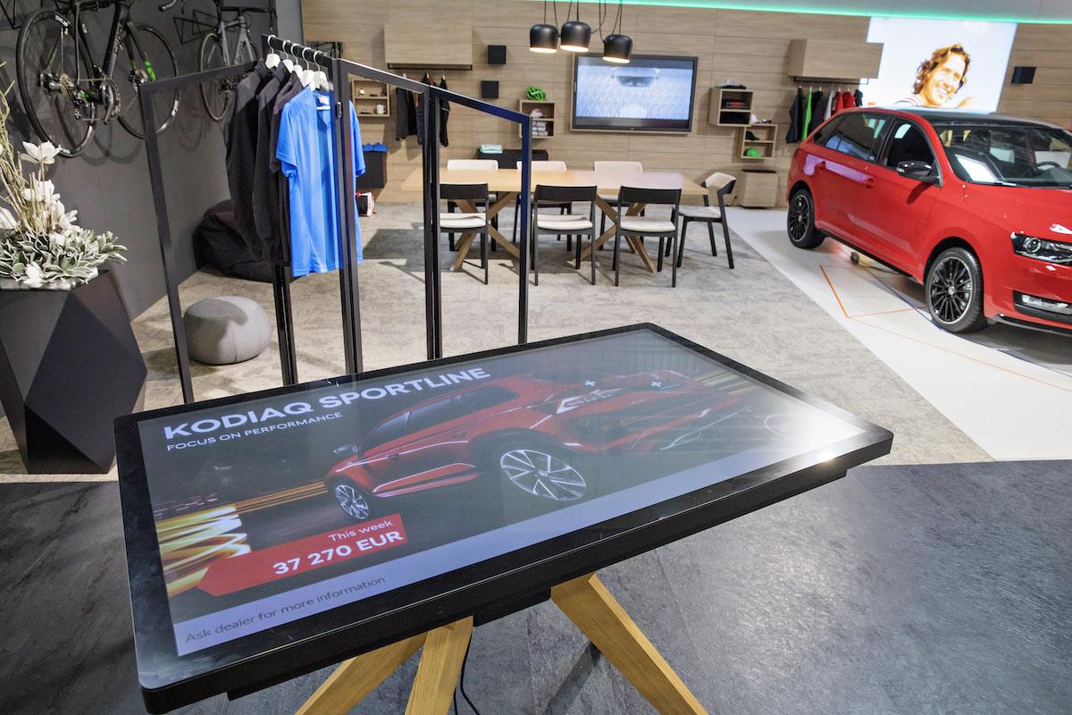 Digitální showroom Škody: dotyková obrazovka s uhlopříčkou 55 palců umožní porovnat konfigurace a zároveň zabavit děti