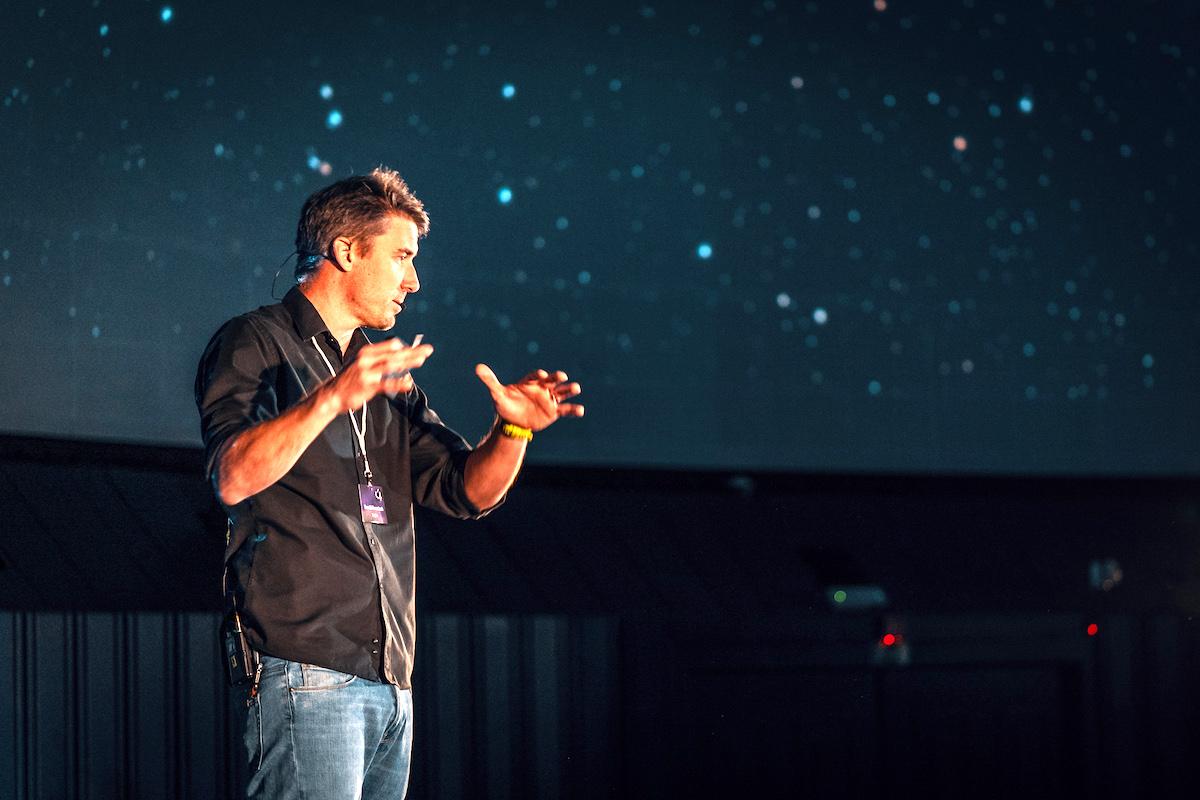 Partner Logia Tomáš Formánek vysvětluje téma letošní konference Úl