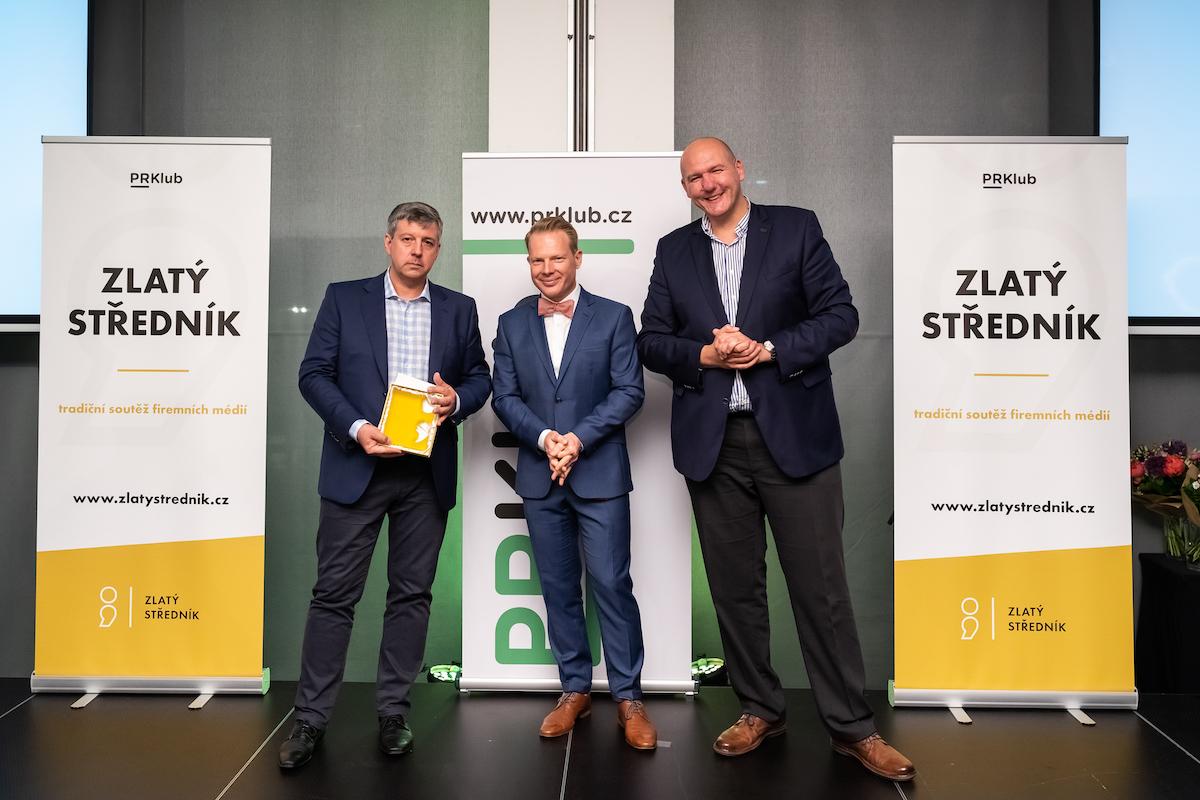 Vladimír Bystrov (vlevo) převzal ocenění pro osobnost PR od Patrika Schobera (uprostřed), oceněného loni. Vlevo předseda PR Klubu Pavel Vlček