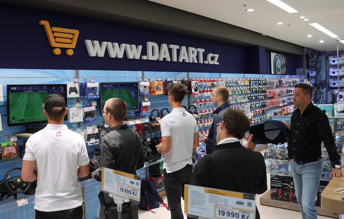 Nový Datart v Brně otevřel zábavním programem s bývalým fotbalistou Petrem Švancarou (vpravo)