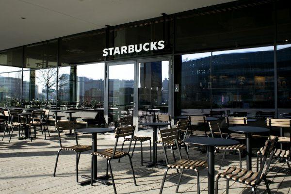Starbucks přidává kavárnu s terasou na pražských Arkádách