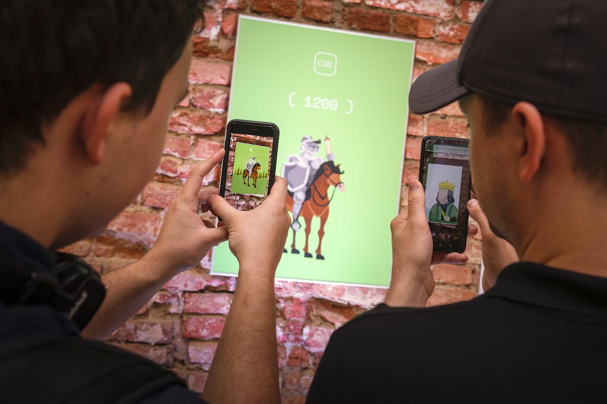 Zóna Synetech AR umožnila přes mobil rozpohybovat obrázky na stěnách. Foto: Lukáš Wagneter, Red Bull Media House