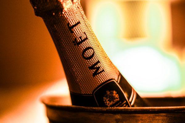 Léto se blíží, Billa prodává lahev Moët & Chandon za osm set