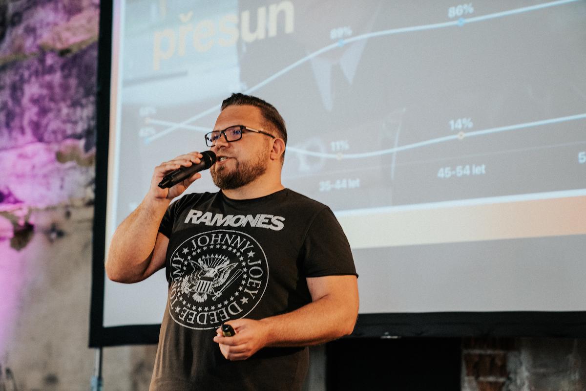 Tomáš Pflanzer prezentuje čerstvá data na konferenci v pražském Vnitroblocku. Foto: Michala Rusaňuková, Instameet 2019
