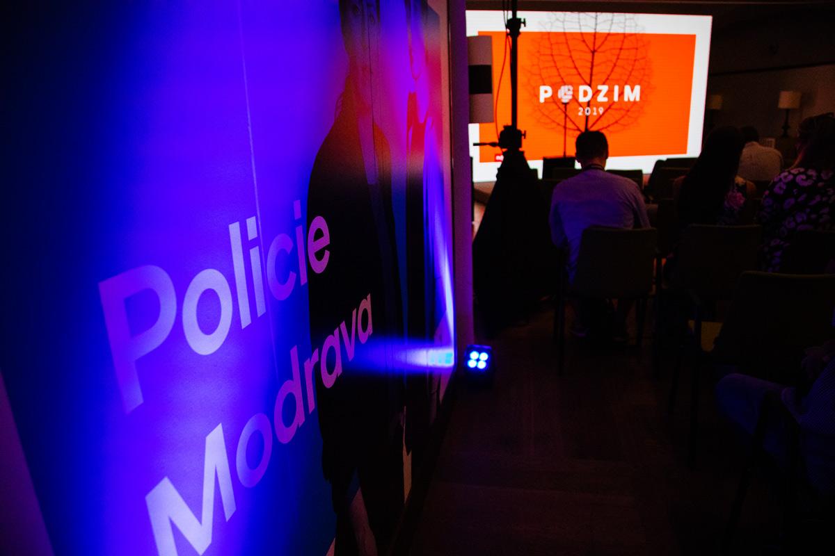 Konferenční místnost lemovaly panely propagující hlavní pořady. Foto: Karel Choc