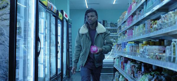 Aby se v celém tom procesu nějak normalizovala role mužů, objevil se ve videu švédský influencer Julian Hernandez, jak vsupermarketu kupuje balíček vložek