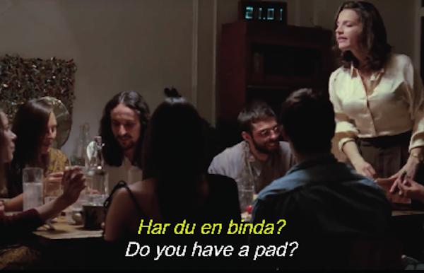 Ve videu Blood Normal se žena u stolu nenuceně ptá kamarádky, zda u sebe náhodou nemá vložku
