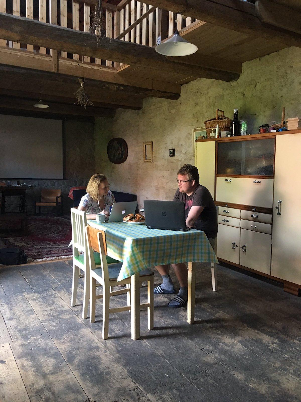 Český rozhlas kvůli podcastu vyjíždí za hosty na různá místa, zde šéfredaktor Hlídacího psa Robert Břešťan. Foto: Tomáš Jelen
