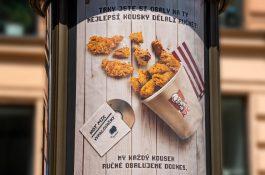KFC tu slaví 25 let kampaní od Dark Side. Připomíná vypalování CD, hada, tamagoči