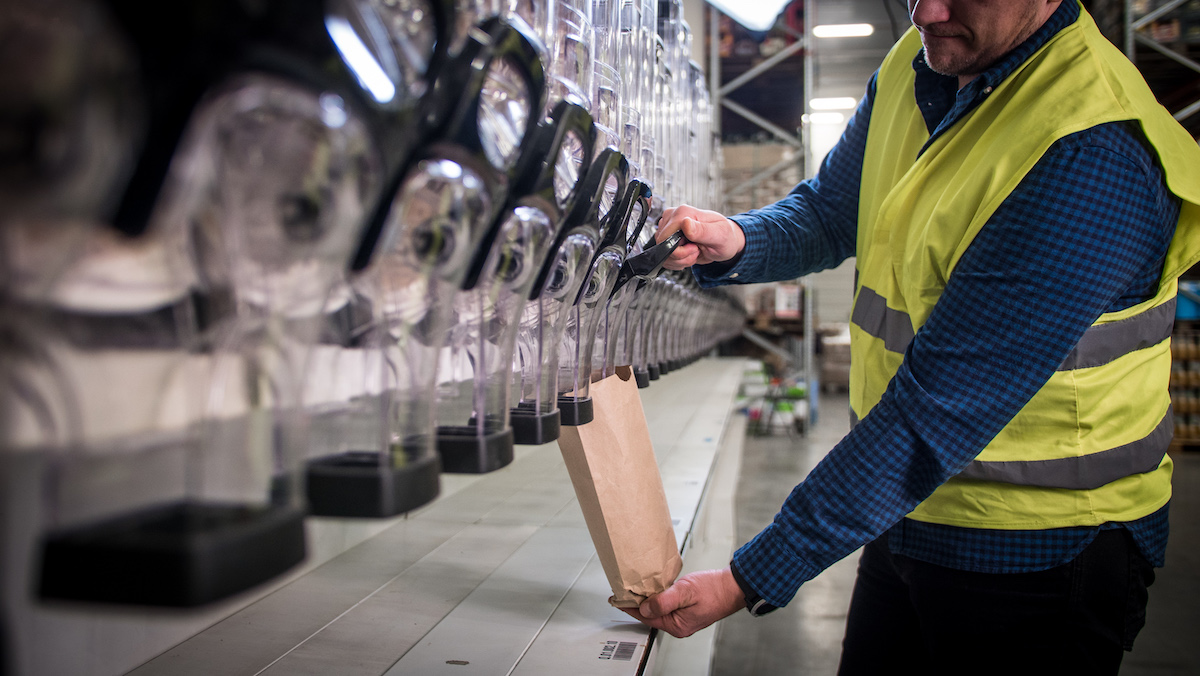 Plnění recyklovaných sáčků v Košíku