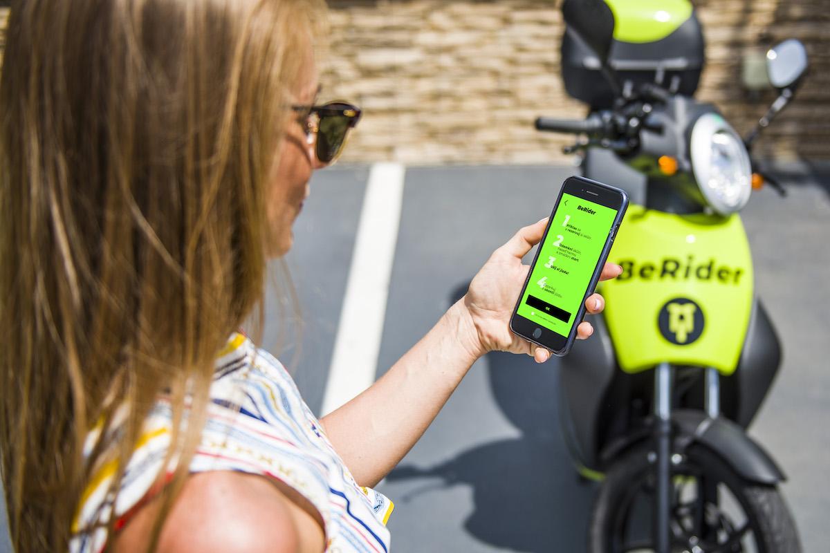 Vyhledávání i odemykání skútrů probíhá přes mobilní aplikaci