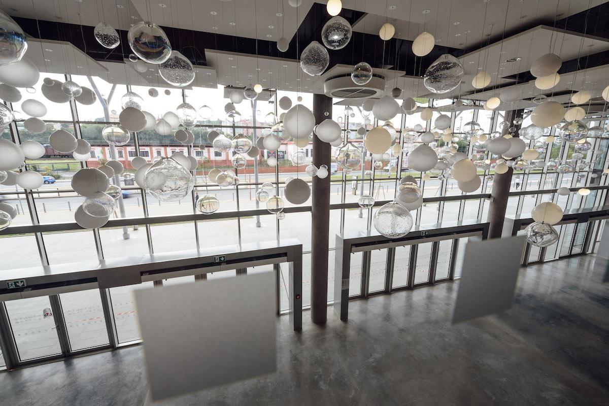 Ve vstupní hale se vyjímá instalace dynamického osvětlení od Preciosy. Rozprostírá se na více než 220 metrech a skládá se z 650 ručně foukaných koulí. Ty mají různé barvy, dekory a jemné detaily. Foto pro Bestsport: Jan Brychta