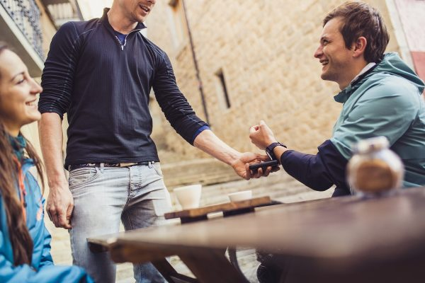 Česká spořitelna a mBank přidaly placení hodinkami Garmin a Fitbit
