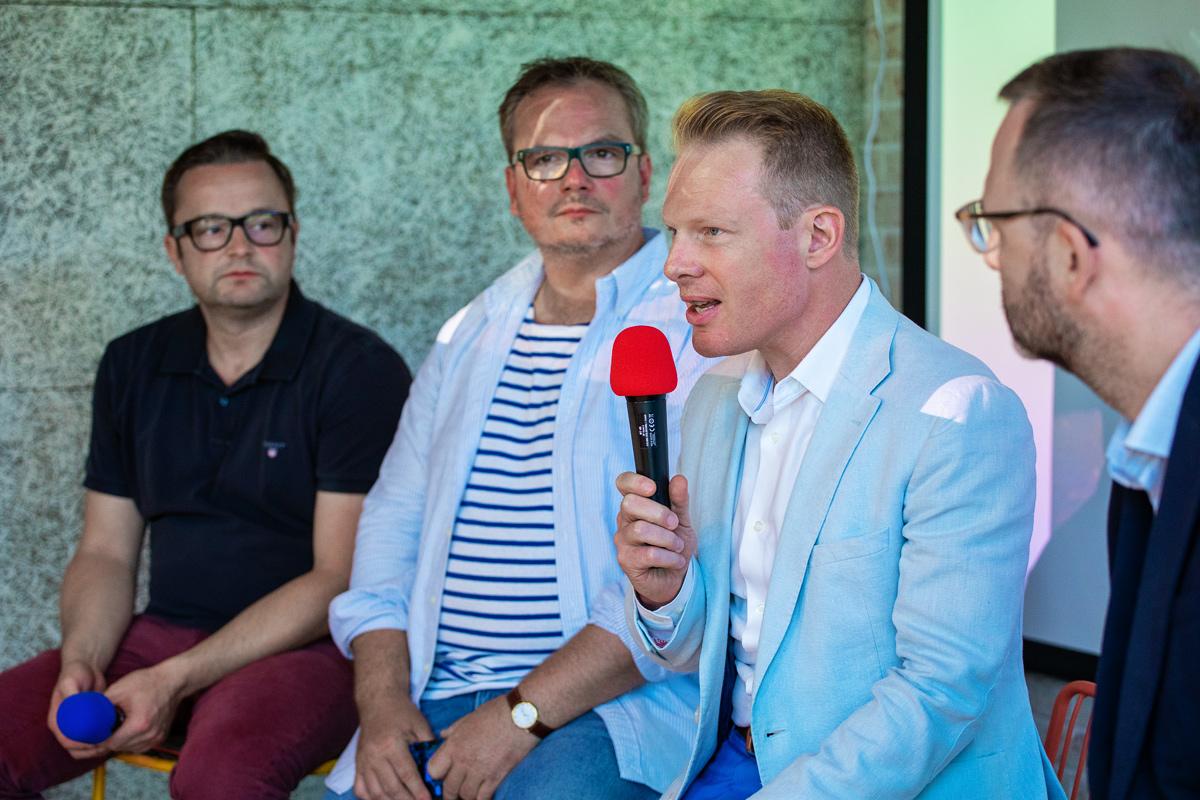 Akci tradičně pořádal Patrik Schober (s mikrofonem) a tým agentury Pram Consulting, hosty byli Václav Sochor z Tipsportu (vlevo) a Martin Hošek z J&T Banky (druhý zleva). Foto: Karel Choc