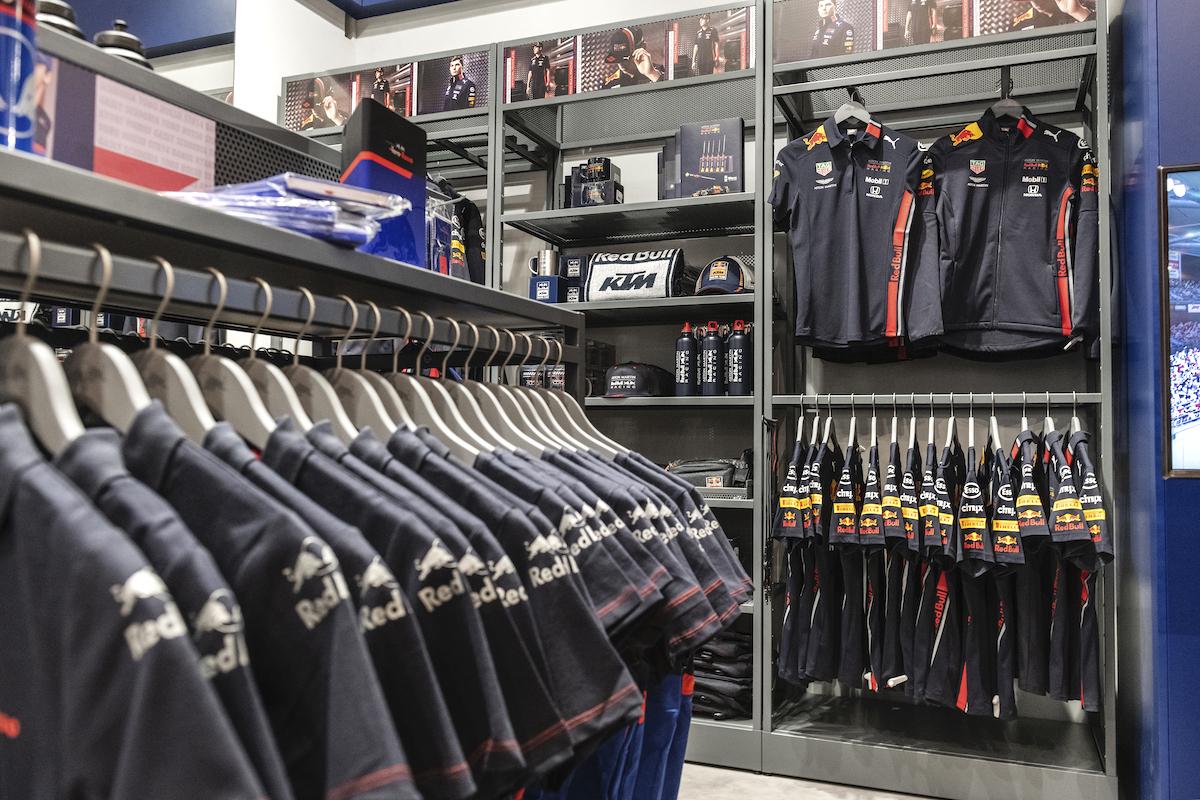 Nový shop-in-shop Red Bullu v pražském hračkářství Hamleys