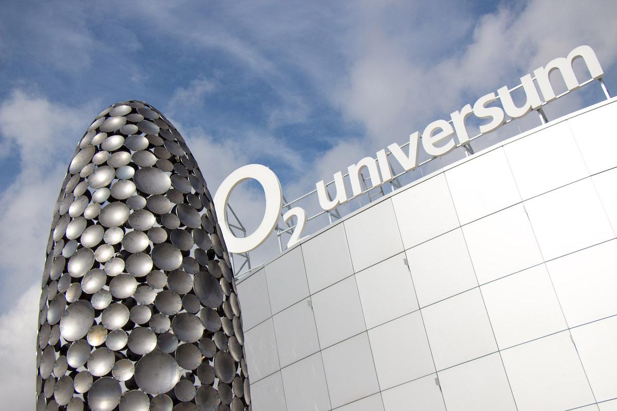 Prostranství před O2 universem doplnily dva elipsoidy od sochaře Čestmíra Sušky. Foto: Bestsport