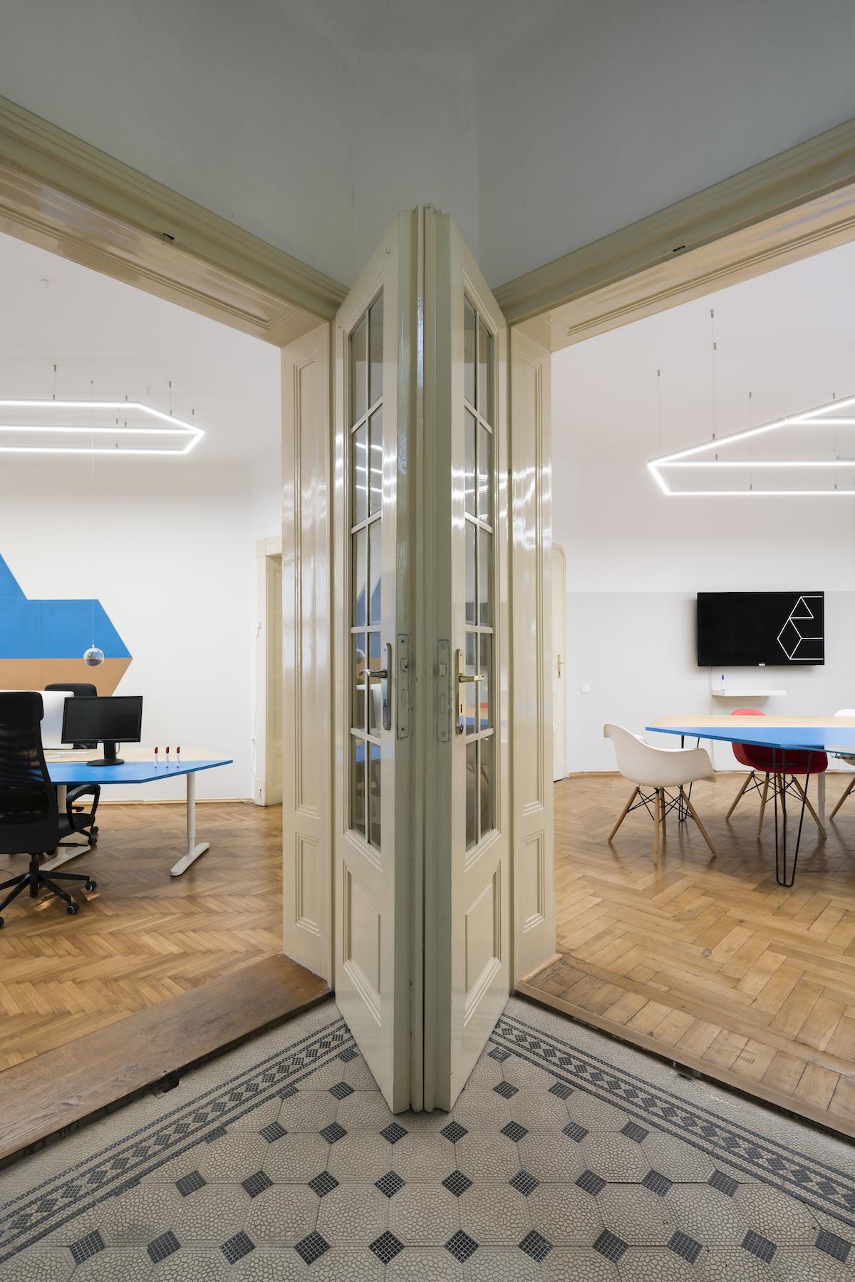 Všechny místnosti mají minimálně dva vstupy, což posiluje pocit vzdušnosti a volnosti