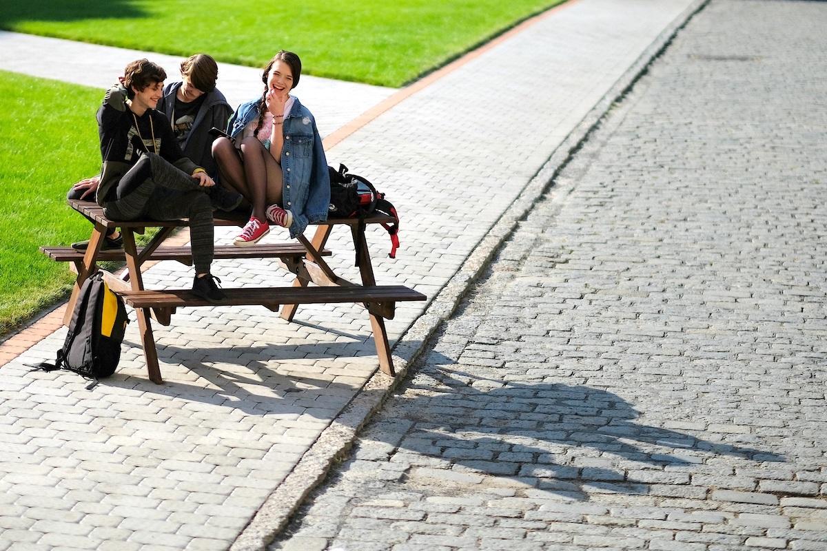 Marty se svými spolužáky Kristýnu (Sára Korbelová) a Kryštofem (Matěj Havelka). Foto pro Mall.tv: Tomáš Hejzlar