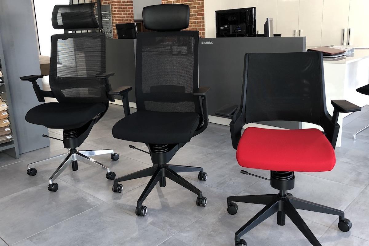 Adaptic vyrábí kancelářské židle určené pro dlouhé sezení. Jejich tvar má pomoci ulevit od bolesti zad