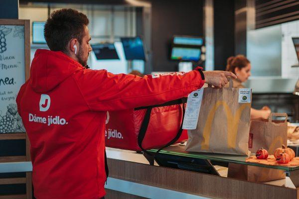 McDonald's jde s rozvozem do regionů, za 39 Kč přes Dáme jídlo