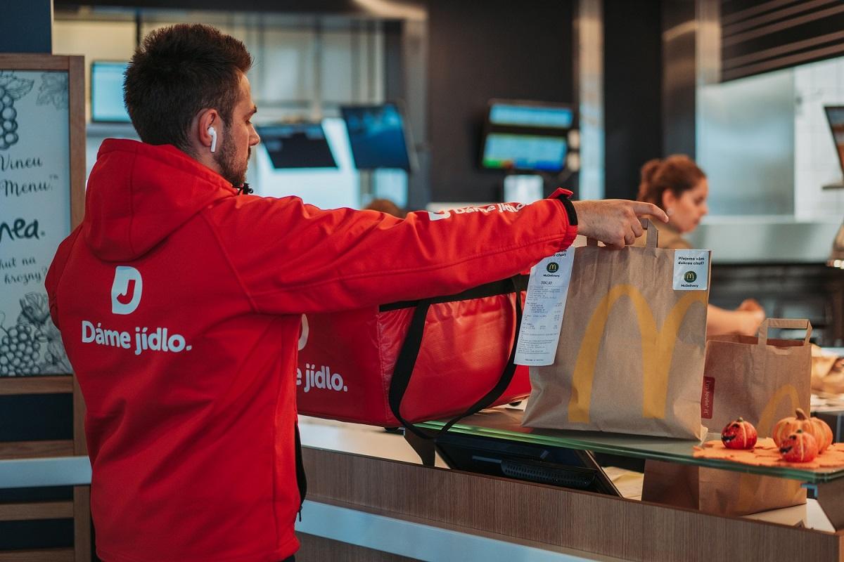 McDonald's pro rozvoz v regionech využívá službu Dáme jídlo
