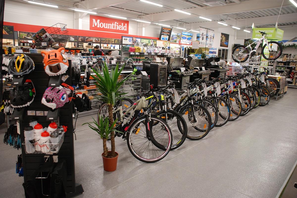 Interiér prodejny zahrnuje širší nabídku sortimentu