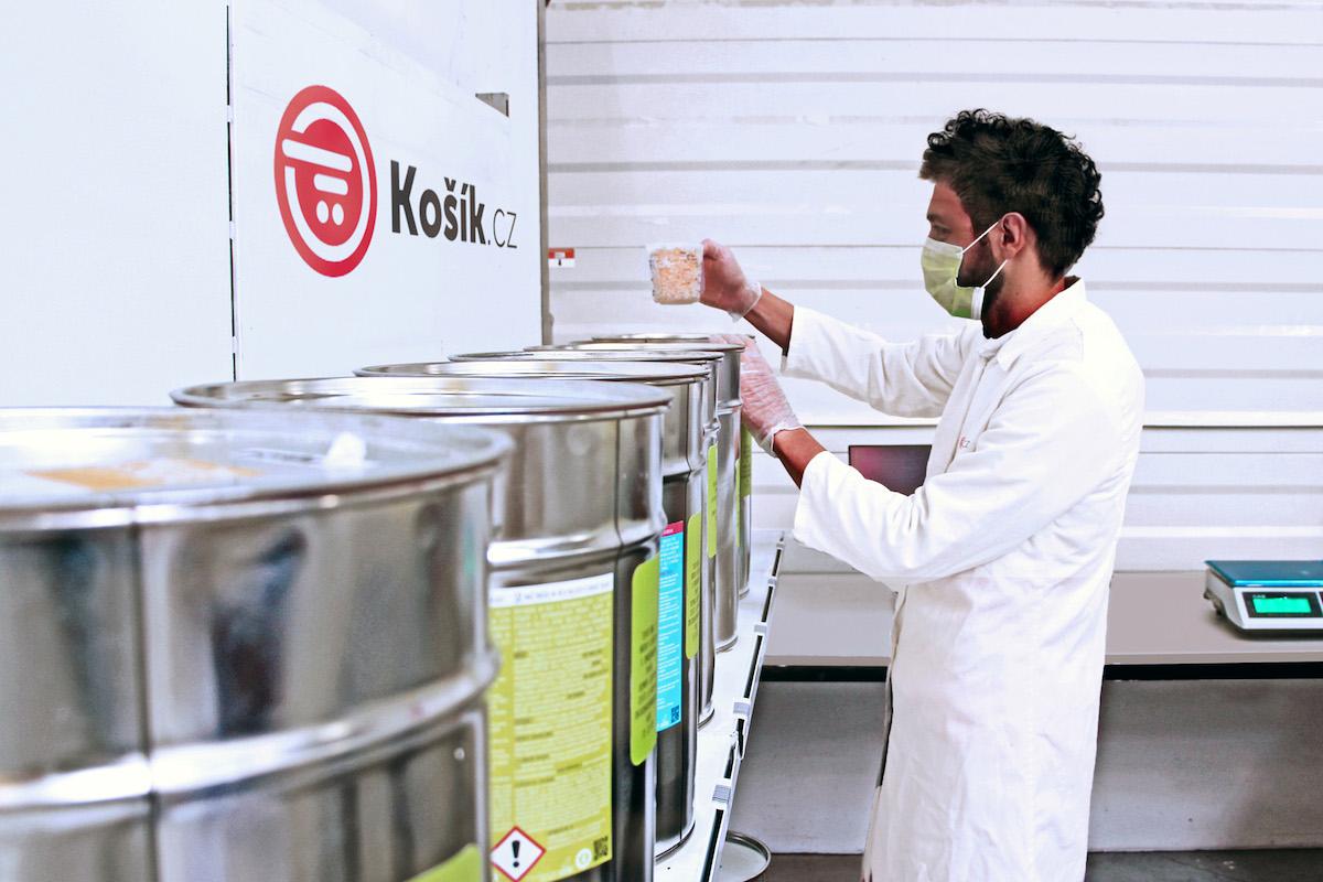 Zásobníky s pracími přípravky a drogerií obsluhují pracovníci z drogistického úseku