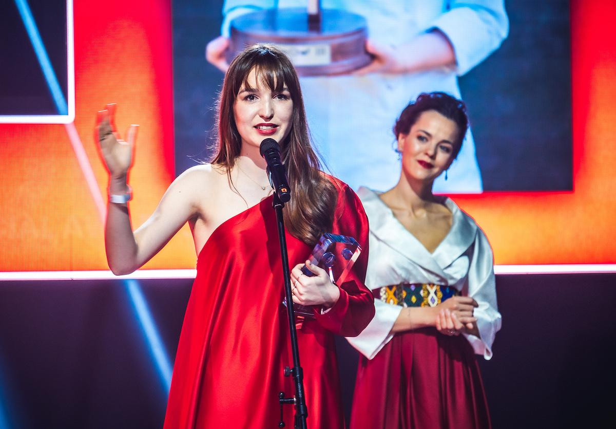 Speciální cenu poprvé letos získala Kristína Němčková, za ní předávající Lilia Khousnoutdinová
