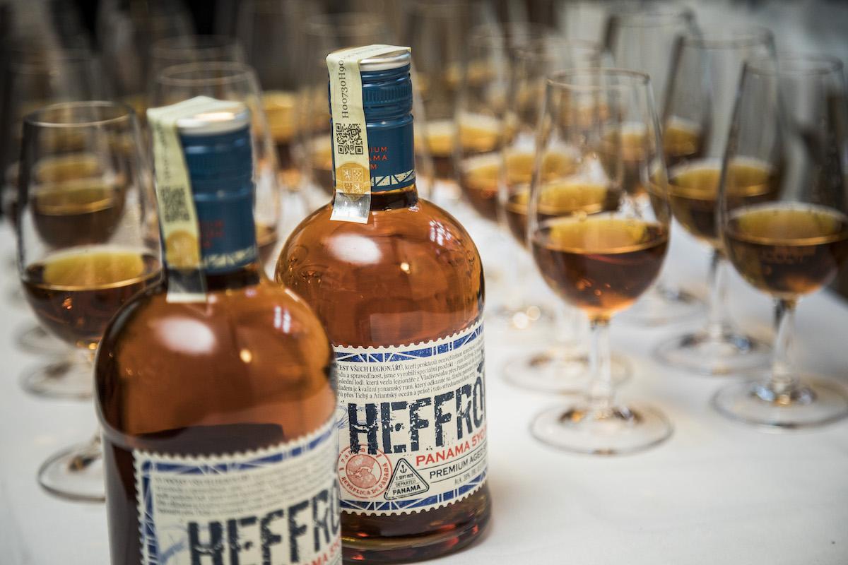 Pětiletý panamský rum Heffron vzdává hold československým legionářům a nese jméno po jejich poslední lodi