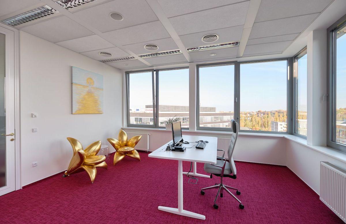 Kancelář Věry Komárové s křesly ve tvaru zlatých lilií