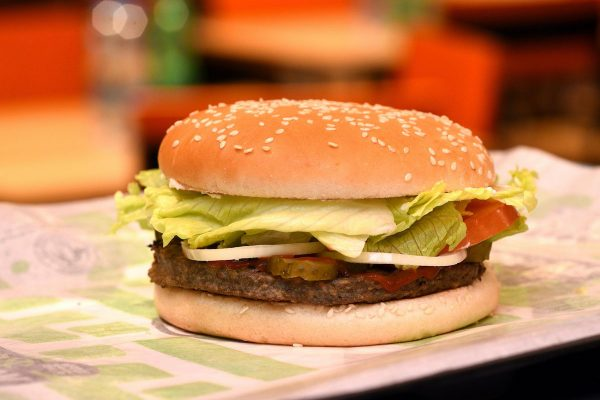 Burger King uvádí vegetariánský Rebel Whopper, Nestlé nabízí burger pro vegany