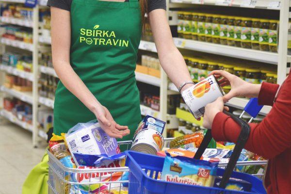Je tu každoroční Sbírka potravin, charita, která zvedá prodeje