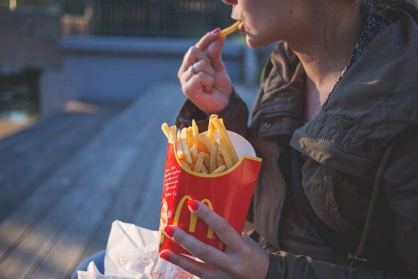 Happy Meal je tu už 40 let, McDonald's o víkendu nabídne retro hračky