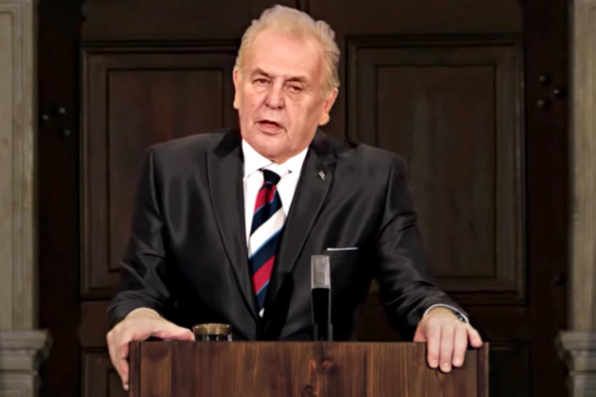 Herec Jan Vlasák jako prezident Miloš Zeman, s hlasem Petra Jablonského