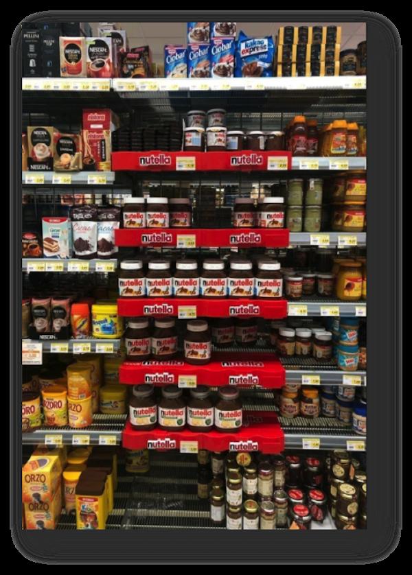 Regál s výrobky značky Nutella