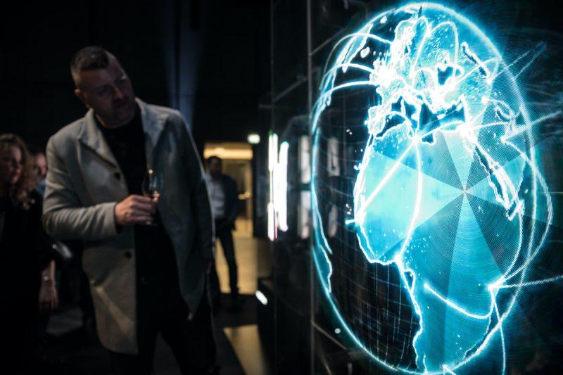 Vzniká síť holografických reklamních nosičů
