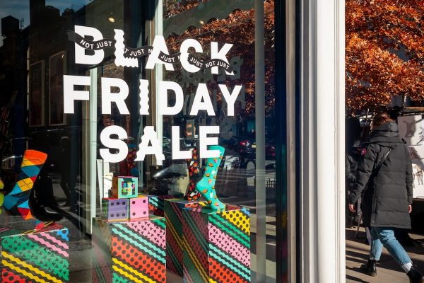 Black Friday přinesl rekordní tržby. Po Vánocích se zdraží, aby v lednu mohly přijít slevy