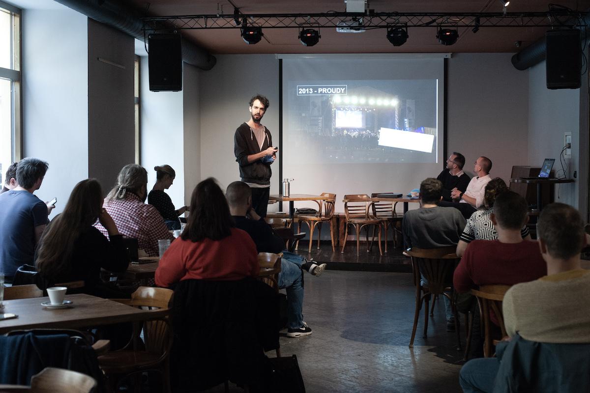 Tomáš Gavlas na setkání v listopadu představil svou knihu Karlaz. Foto: David Bruner