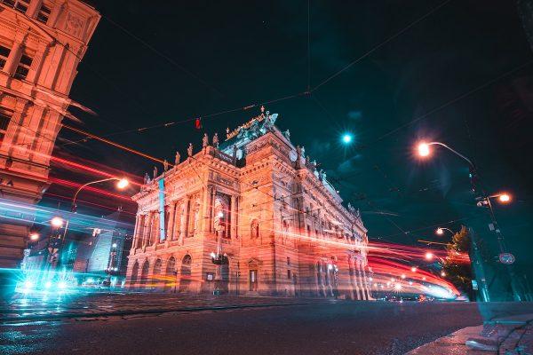 Praha uzavřela smlouvy na reklamy na lampách