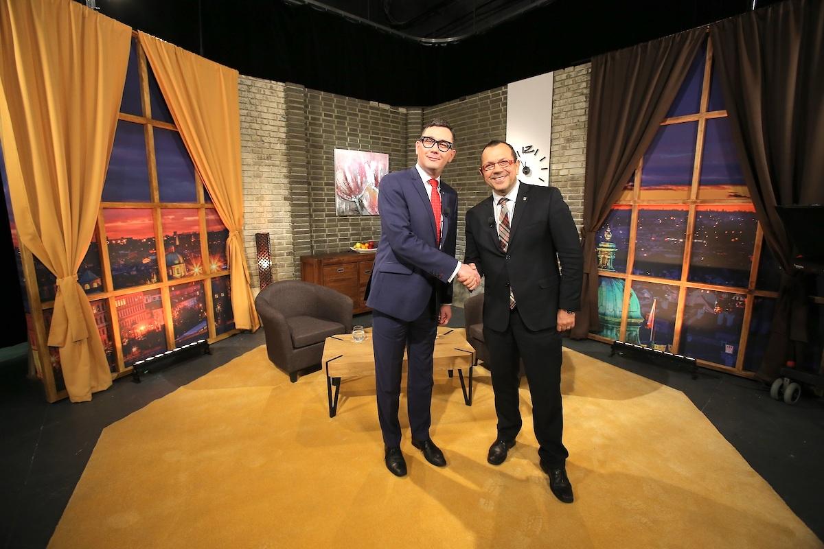 Mluvčí prezidenta Ovčáček (vlevo) ve své show na Barrandově. Foto: TV Barrandov