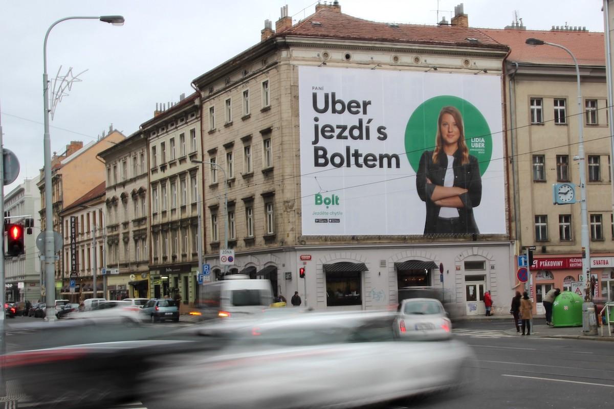 Kampaň Boltu obsadila venkovní plochu u křižovatky Na Knížecí v Praze