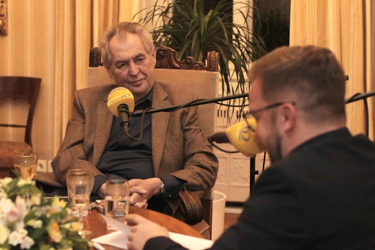 Miloš Zeman v rozhovoru s Lubošem Procházkou. Repro: Frekvence 1