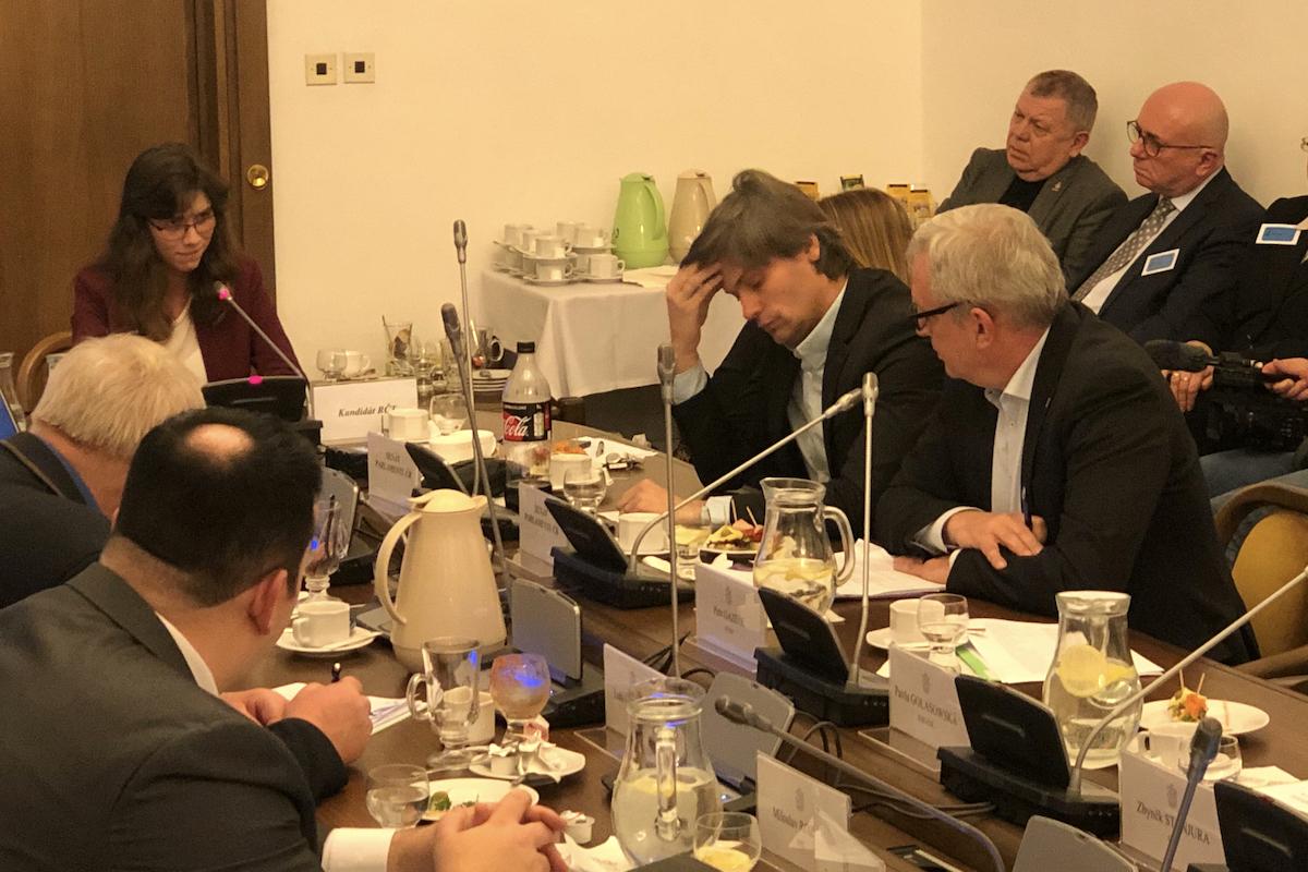 Hana Lipovská (v čele stolu) hovoří, po její levici senátoři Marek Hilšer a David Smoljak