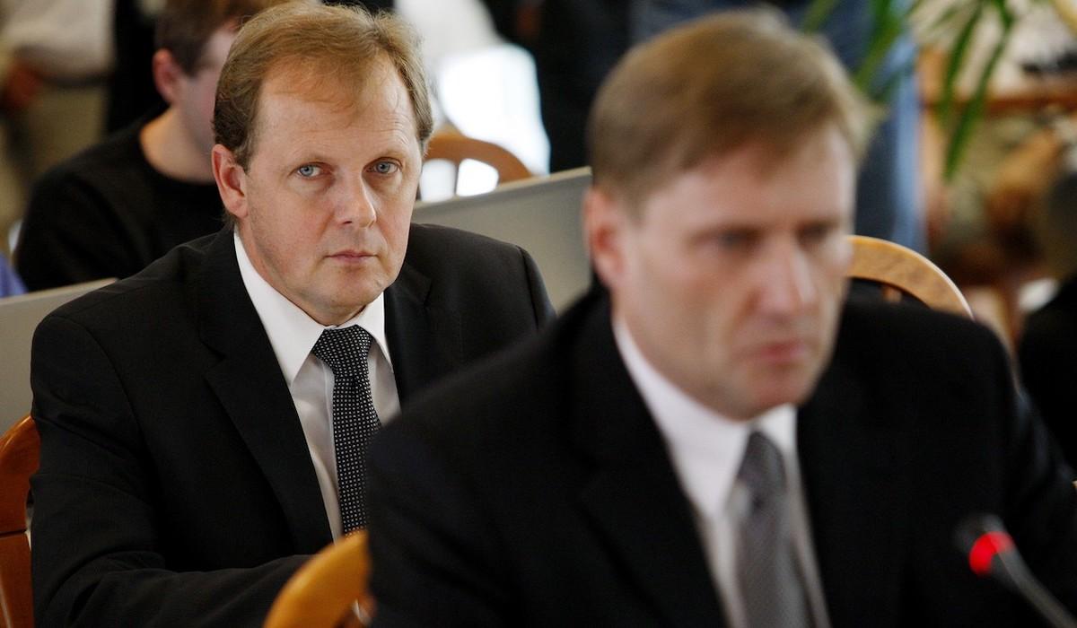 Roman Bradáč (vpředu) a Petr Dvořák při volbě ředitele České televize v roce 2011. Foto: Profimedia.cz