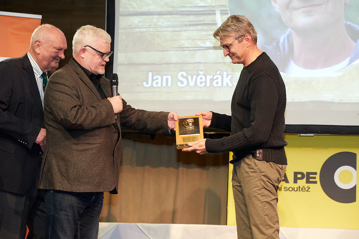 Jiří Mikeš a Pavel Brabec předávají cenu Janu Svěrákovi