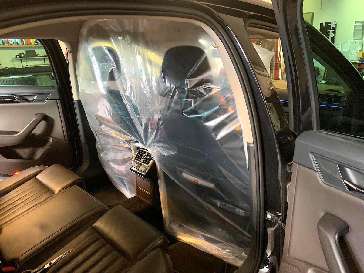 Igelitová přepážka v taxi Modrý anděl